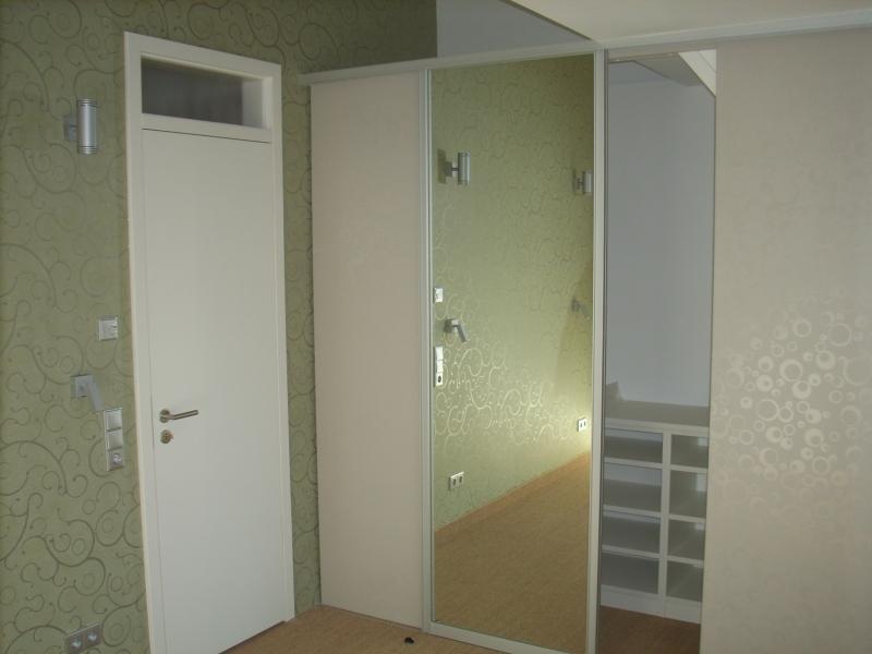 raumplus schiebet r mit spiegel begehbarer kleiderschrank blascheck tischlerei. Black Bedroom Furniture Sets. Home Design Ideas