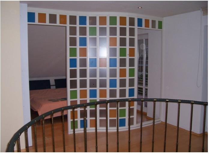trennwand mit buntem glas blascheck tischlerei. Black Bedroom Furniture Sets. Home Design Ideas
